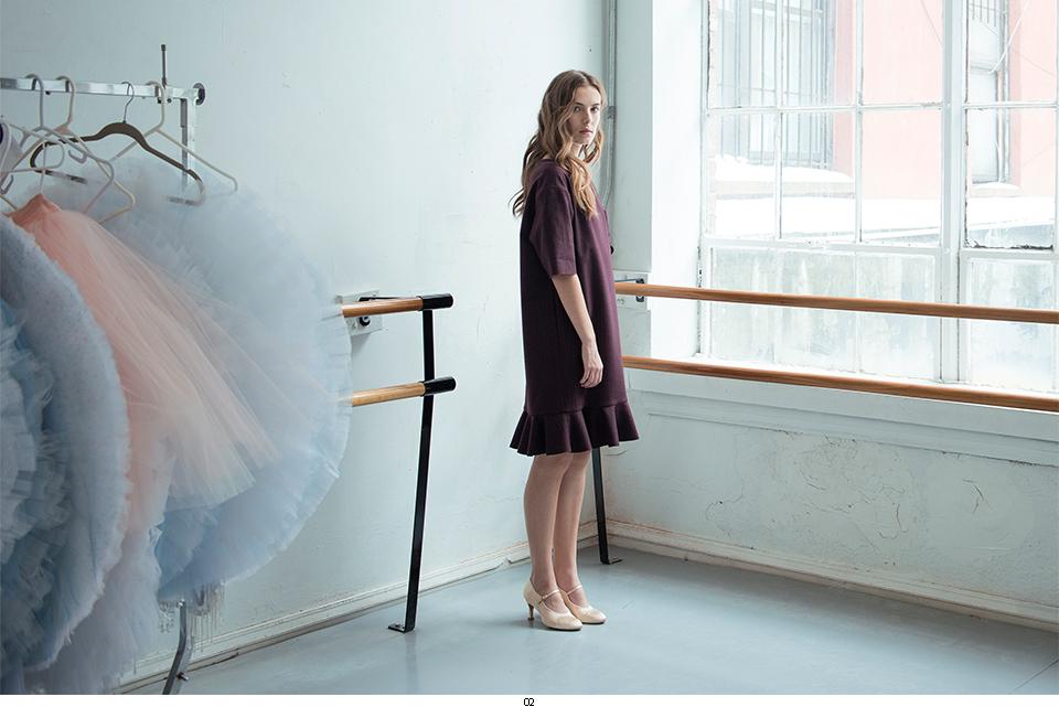 Femme robe fenêtre