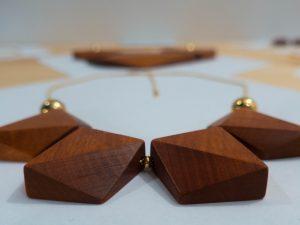 Détail collier en bois