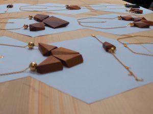 Détails colliers en bois
