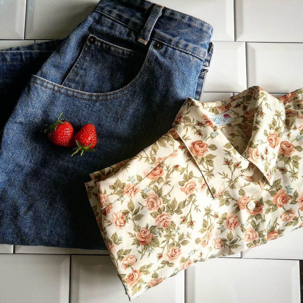 Ma sélection : une jupe crayon en jean et une chemise manche longue à motif fleuri